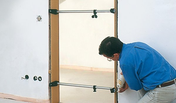 Przyrząd ustalający do montażu ościeżnic drzwi BESSEY TMS