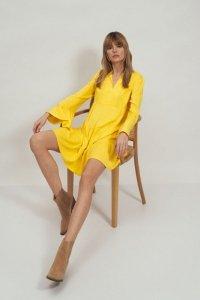 Sukienka wiskozowa z falbaną w kolorze żółtym - S180