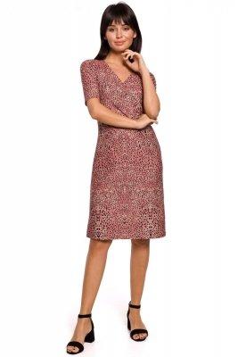 B140 Sukienka z nadrukiem i marszczeniem na przodzie - łososiowa