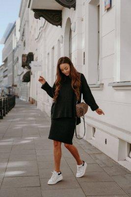 Komplet swetrowy – spódnica i sweter z golfem LS308 czarny