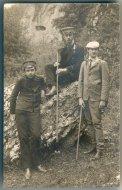 [OJCÓW - turyści]. 1907. Fotografia pocztówkowa form. 14x8,7 cm autorstwa B. Wolniewicza w Ojcowie.