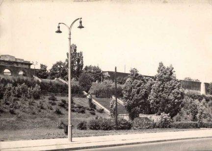 [WARSZAWA - stoki Cytadeli Warszawskiej]. 15 VI 1957. Fotografia form. 17,3x24 cm nieznanego autorstwa.