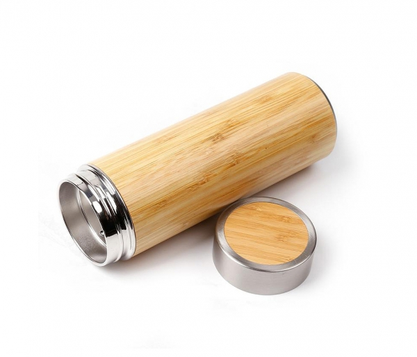 Termos z drewna bambusowego oraz sitkiem