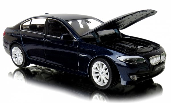 METALOWY MODEL BMW 535i AUTO Welly 1:24