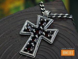 Krzyżyk srebrny oksydowany z cyrkoniami