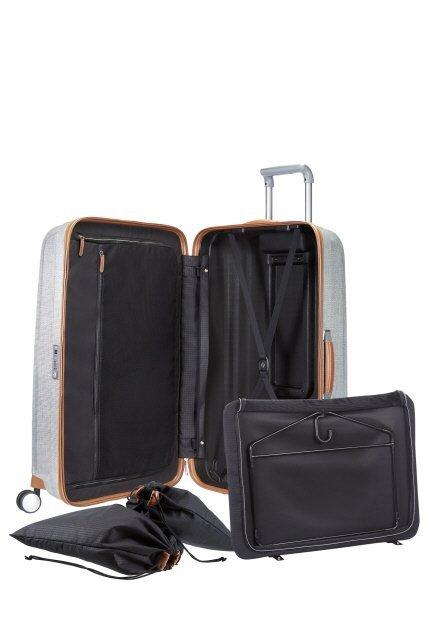 Wewnatrz bagażu worki na obuwie, wieszak z wypinanym pokrowcem na koszule, dwa pajaczki, przegroda zapinana na suwak