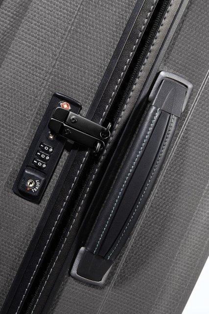 Bagaż posiada boczną skórzaną rączkę oraz płaski zamek szyfrowy z systemem TSA
