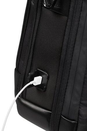 Torba posiada port USB, a wewnątrz miejsce na powerbanka