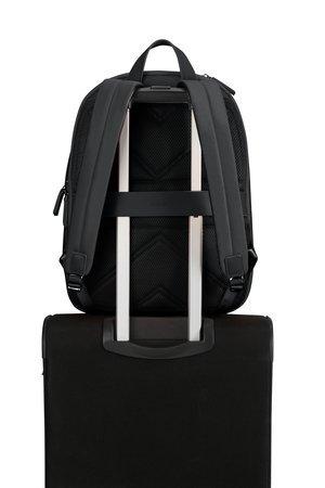 Plecak posiada tunel dzięki któremu można nałozyc go na stelaż innego bagażu