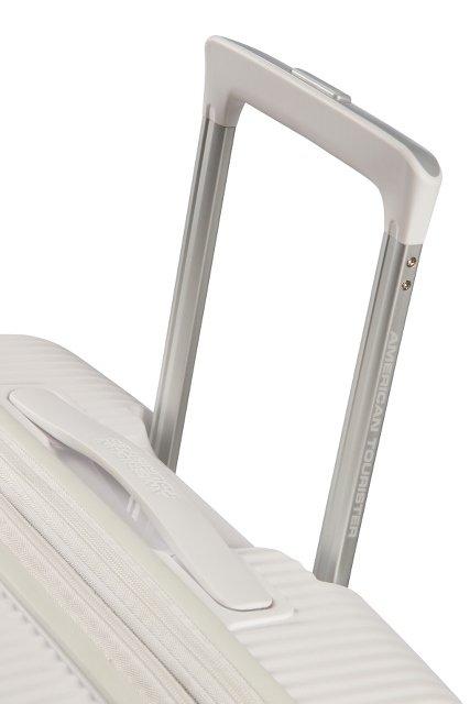 Bagaż posiada wyciągany stelaż do wygodnego prowadzenia oraz rączkę u góry walizki