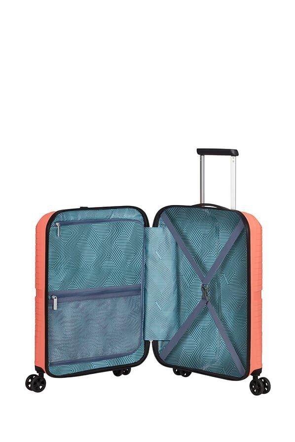 Bagaż posiada dwie komory oddzielone przekładka zapinaną na suwak. W obu komorach znajdują się pasy spinające ubrania oraz dodatkowe kieszenie