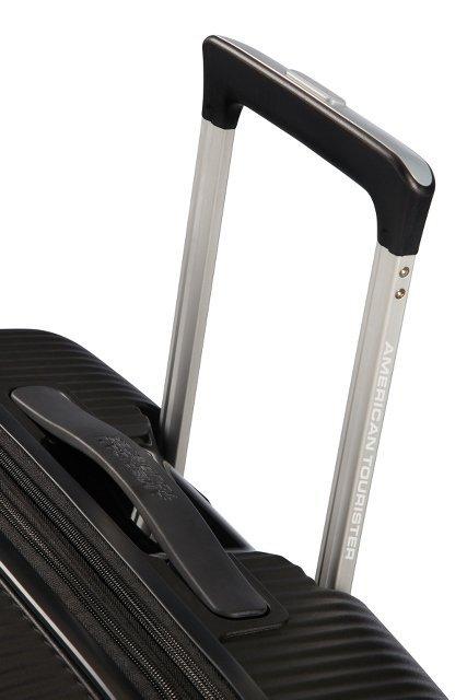 Bagaż posiada wyciągany stelaż do prowadzenia oraz rączkę znajdującą się u góry bagażu