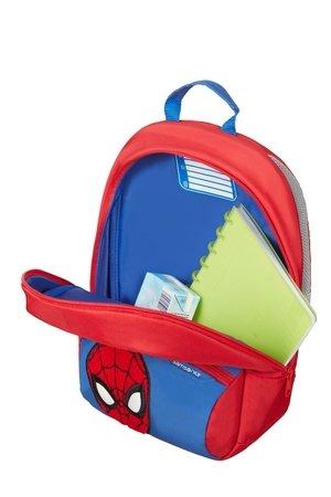 Plecak posiada jedną większą komorę oraz zewnętrzna kieszeń z haftowaną twarzą spider- man