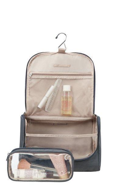 Kosmetyczka posiada haczyk do powieszenia, szerokie dno umożliwia wygodne ustawienie kosmetyków. W komplecie transparentna mała kosmetyczka