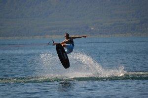 Wakeboarding, kitesurfing czy SUP – jaki sport wodny będzie najlepszy dla Ciebie?