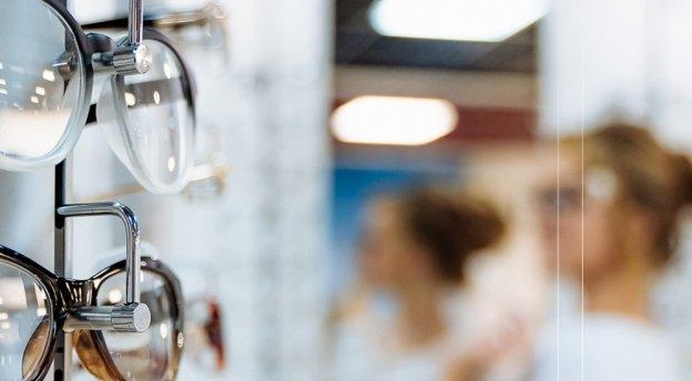 Okulary typu zerówki – modny dodatek i sposób na ochronę wzroku