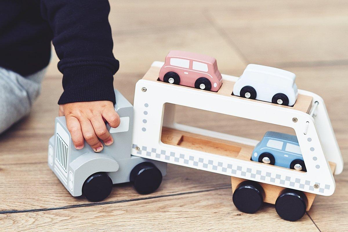 Drewniana ciężarówka -  naczepa z 4 samochodami