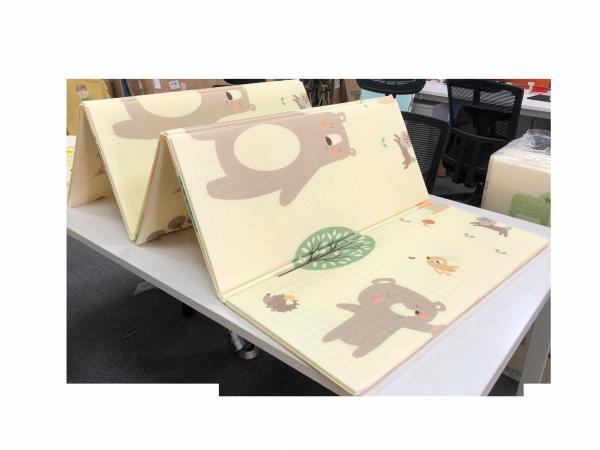 Dwustronna mata piankowa XXL - składana 1 CM (las z misiem i koniki)