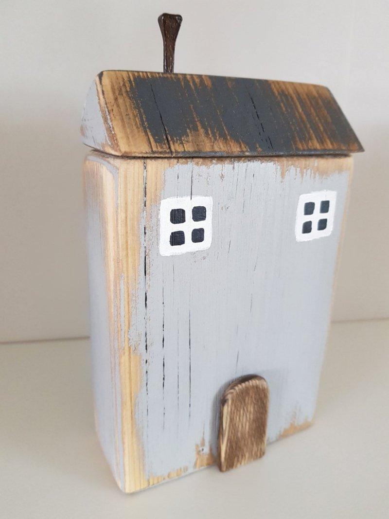 Drewniany domek szary