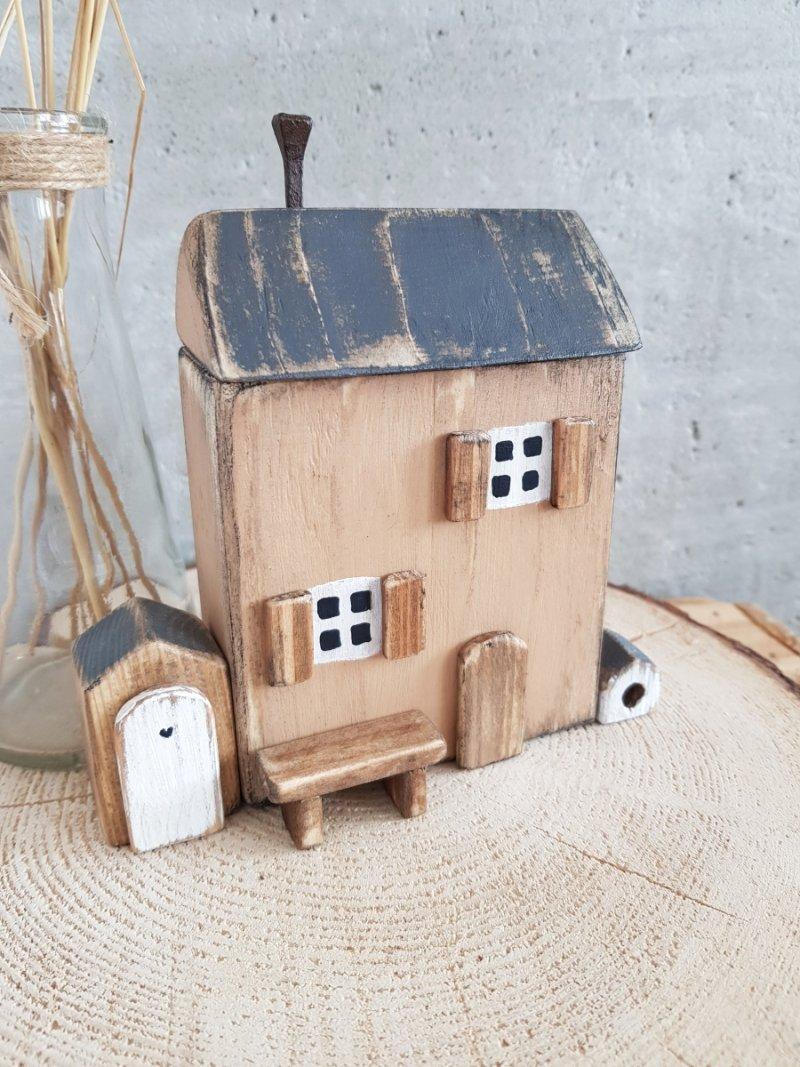 Drewniany domek pudrowy