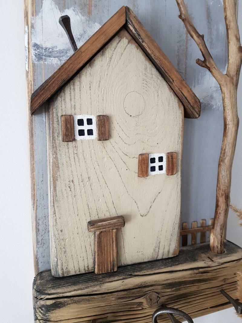 Drewniany wieszak na klucze domek z drzewem beż