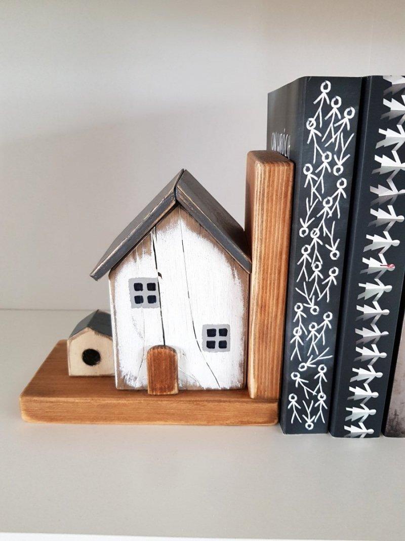 Drewniana podpórka na książki domek z budą LEWA