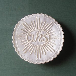 Emblemat haftowany IHS srebrny, hostia 1szt
