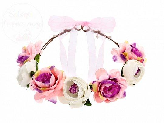 Wianek z biało różowymi kwiatami.