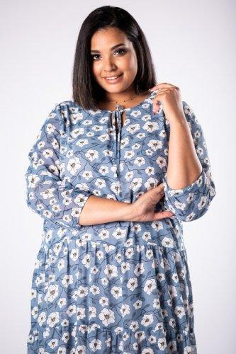 tiulowa sukienka maxi z wiązaniem przy szyi i falbanami na dole