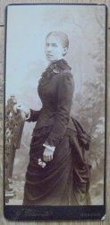 Fotografia portretowa - portret kobiety przy krześle [Stanisław Bizański, Kraków]
