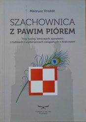 Mateusz Drożdż • Szachownica z pawim piórem. Trzy tuziny lotniczych opowieści o ludziach i wydarzeniach związanych z Krakowem