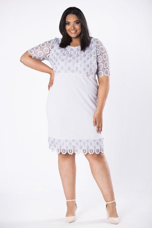 dopasowana sukienka z gipiurową wstawką na górze