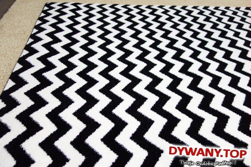 czarno-białe dywany łuszczów