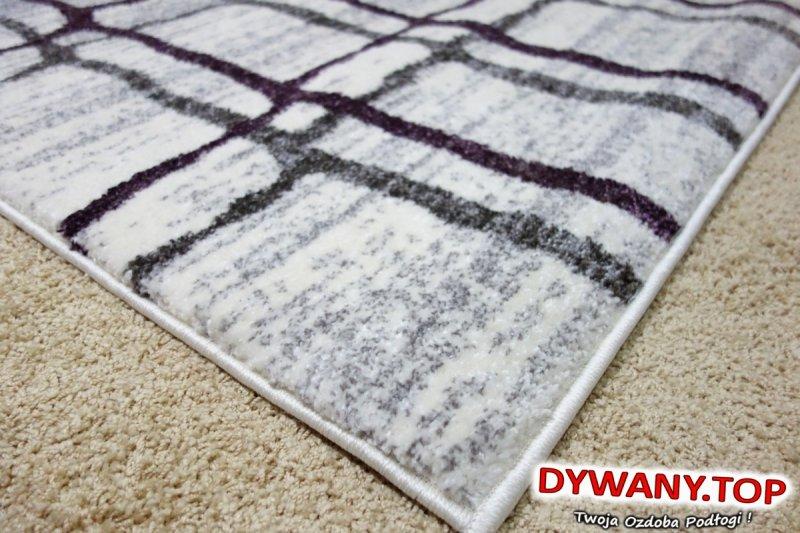 biały dywan w kratę
