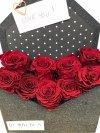 Box list z czerwonymi wiecznymi różami