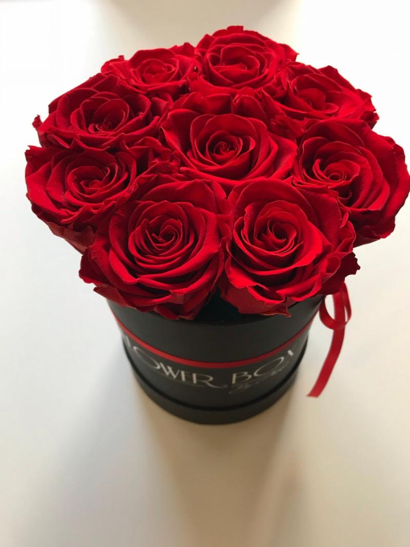 Czerwone żywe WIECZNE róże w małym czarnym boxie