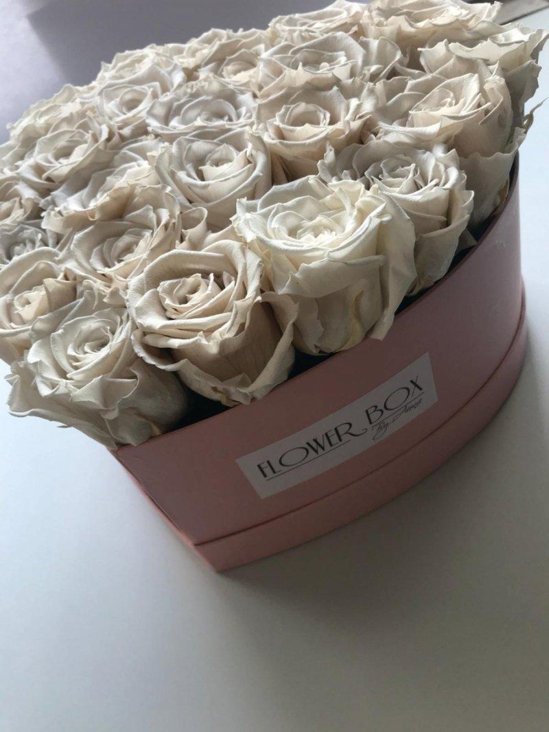 Ecru wieczne róże w dużym boxe heart