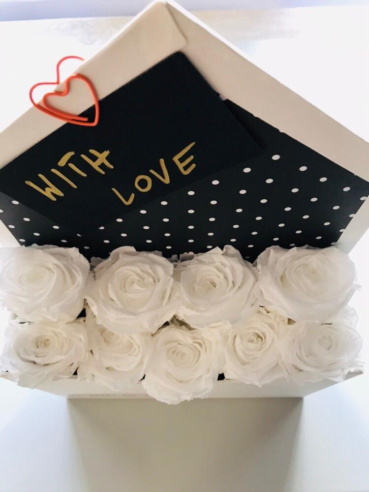 Box list z wiecznymi białymi różami