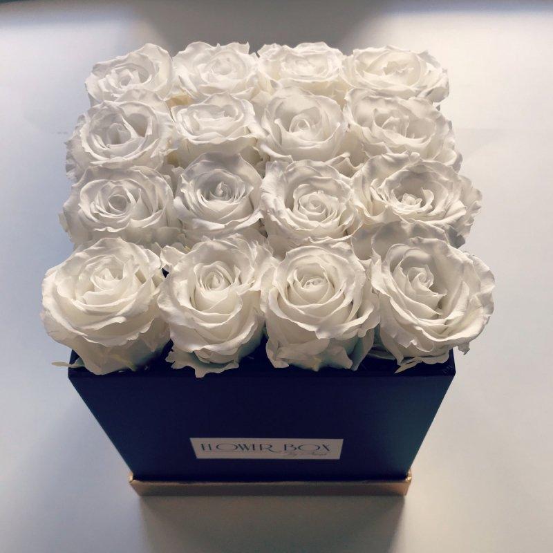 Białe żywe WIECZNE róże w kwadratowym czarnym boxie