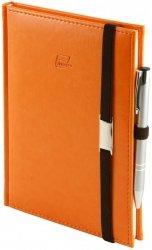 Notes A5 z długopisem zamykany na gumkę z blaszką - papier biały w kratkę - oprawa Nebraska pomarańczowa ( gumka brązowa)