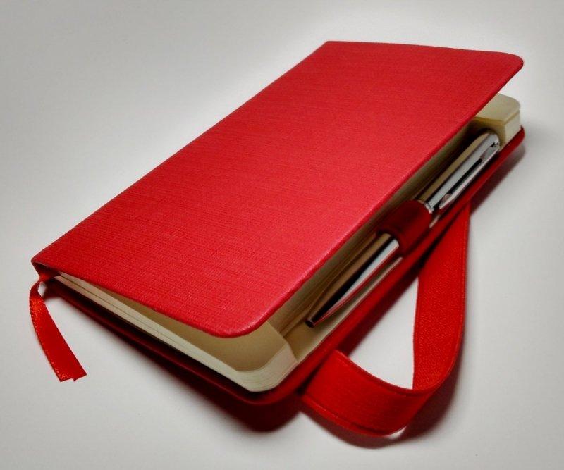 Notes A6 z długopisem zamykany na gumkę - papier chamois w linie oprawa EKOSKÓRA LINEN czerwona (gumka czerwona) - długopis