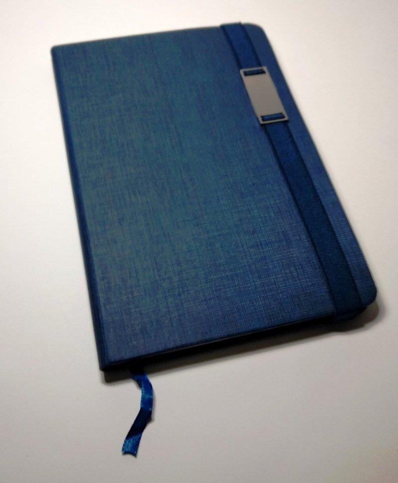 Notes A5 z długopisem zamykany na gumkę z blaszką - papier chamois w kratkę oprawa EKOSKÓRA LINEN granatowa (gumka granatowa)