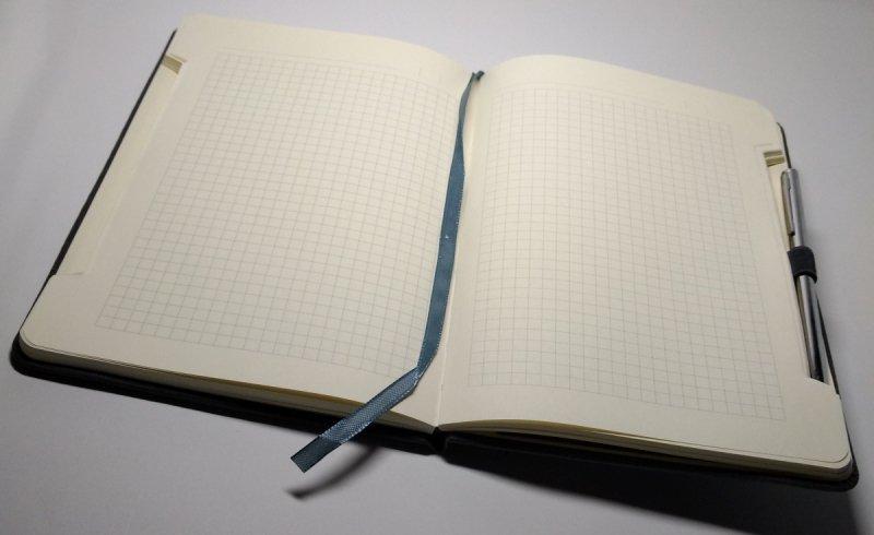 Notes A5 z długopisem zamykany na gumkę z blaszką Z NADRUKIEM - papier chamois w kratkę