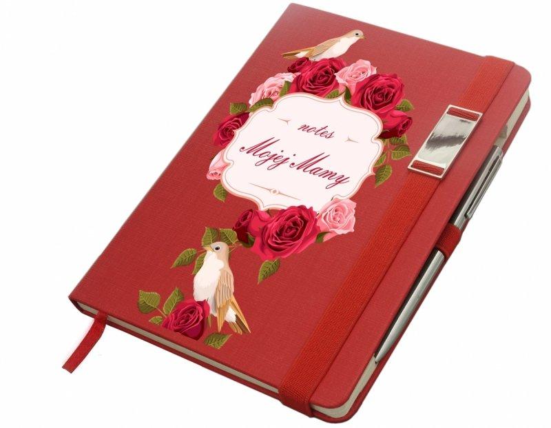 Notes A5 z długopisem zamykany na gumkę z blaszką - papier chamois w kratkę oprawa EKOSKÓRA LINEN czerwona(gumka czerwona) - Z NADRUKIEM NA DZIEŃ MATKI