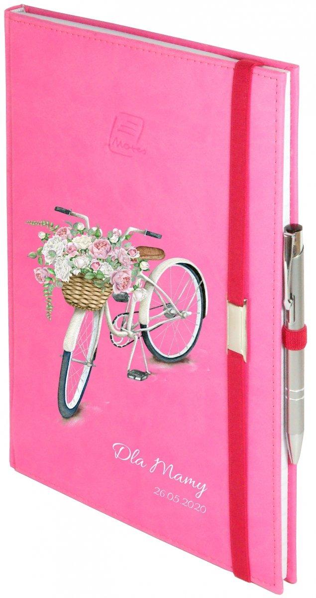 Notes A4 z długopisem zamykany na gumkę z blaszką - papier biały w kratkę - oprawa Vivella różowa (gumka różowa) - Z NADRUKIEM ROWEREK NA DZIEŃ MATKI