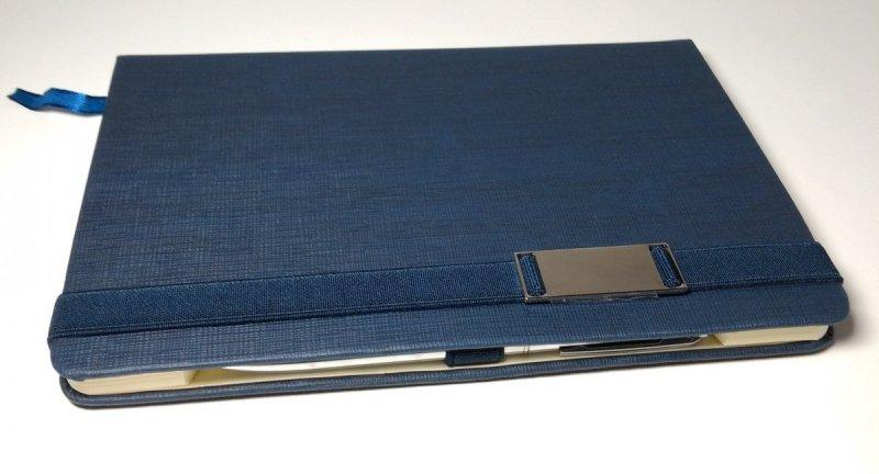 Notes A5 z długopisem zamykany na gumkę z blaszką - papier chamois w kratkę oprawa EKOSKÓRA LINEN granatowa (gumka granatowa) - długopis