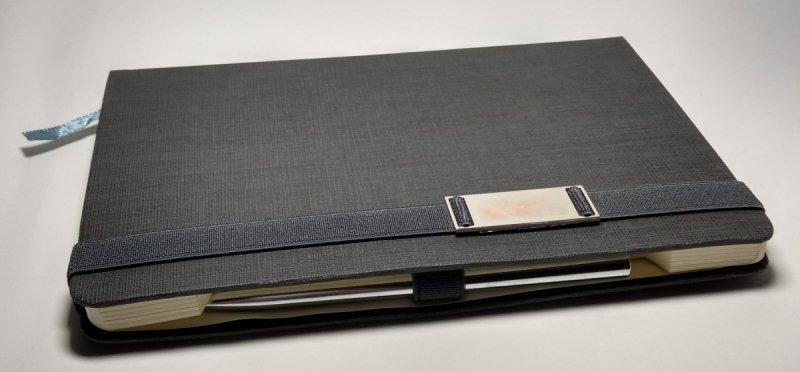 Notes A5 z długopisem zamykany na gumkę z blaszką Z NADRUKIEM