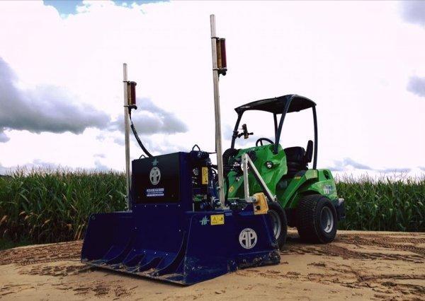 Leveller AP Najlepszy system do niwelacji podłoża i automatycznego rozkładania podsypki i kruszywa na małą ładowarkę.