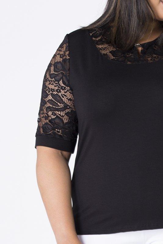 dopasowana bluzka z koronkowymi rękawami i blyszczącą ozdobą przy biuście