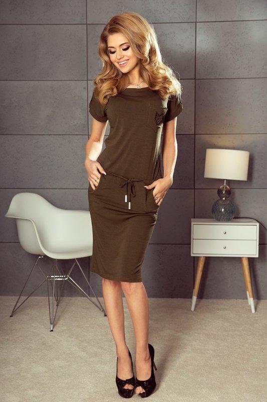 Sukienka sportowa z krótkim rękawkiem, kieszonką i naszywką - Khaki